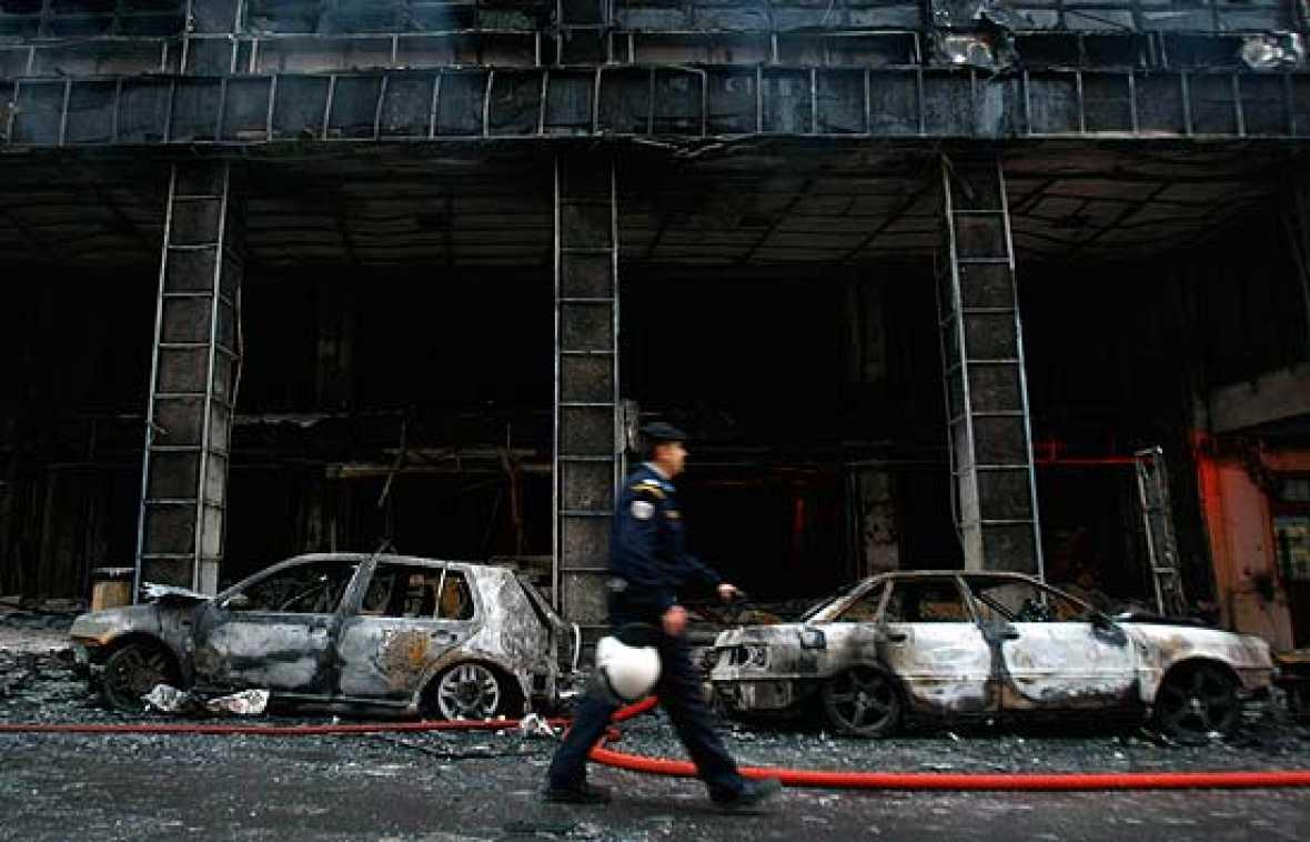 Fuertes disturbios en Grecia tras matar la policía a un joven