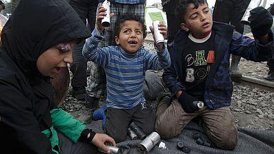 En el campamento de Idomeni muestran los botes de humo y las balas de goma que el gobierno macedonio niega haber utilizado contra quienes intentaban cruzar la frontera desde Grecia