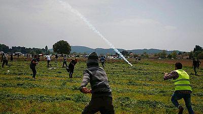 La policía macedonia vuelve a lanzar gases lacrimógenos contra un grupo de migrantes en Idomeni