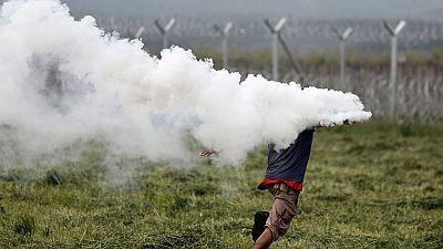La policía macedonia vuelve a disparar gases lacrimógenos contra refugiados del campamento de Idomeni