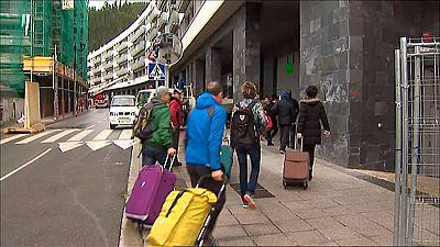 Familias de Ondarroa regresan a sus casas a recoger objetos personales