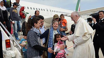 """El papa implora al mundo desde Lesbos que actúe con """"dignidad"""" ante la crisis de los refugiados"""