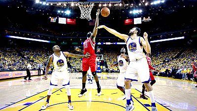 La ausencia del base estrella Stephen Curry no impidió a los Warriors de Golden State seguir por el camino del triunfo y ponerse con ventaja de 2-0 en la eliminatoria de la primera ronda de la Conferencia Oeste de la NBA, en la que los Mavericks de D