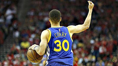 Las lesiones de jugadores claves volvieron a protagonizar la jornada de playoffs de la NBA al confirmarse la baja por al menos 15 días del base estrella de los Warriors de Golden State, Stephen Curry, y la que sufrieron Los Ángeles Clippers, con el t