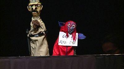 Alberto San Juan representa la polémica obra del cartel 'Gora Alka ETA' en homenaje a los titiriteros