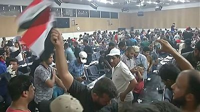 En Irak, los seguidores del líder chií Muqtada al Sadr continúan congregados en la Zona Verde de Bagdad.