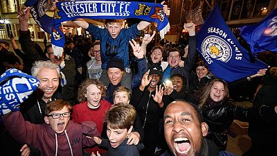 La consecución de la Premier League desató las celebraciones en Leicester. La alegría se inició en la casa de Jamie Vardy, donde lo celebraron los jugadores del campeón, y se propagó por las calles de la ciudad.