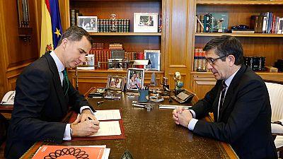 El rey Felipe firma el decreto de convocatoria de las elecciones del 26J