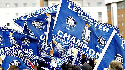La plantilla, el cuerpo técnico y el dueño del Leicester City festejaron este martes en la ciudad deportiva del club su victoria en la Premier League 2015/2016. Entre vítores y cánticos de 'campeones, campeones', los jugadores, liderados por Jamie Va
