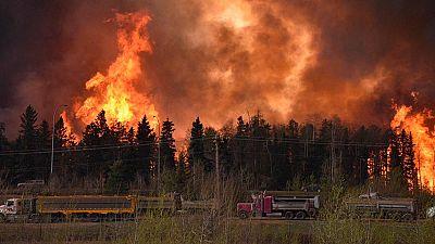 Ordenan la evacuación total de una ciudad canadiense por un incendio