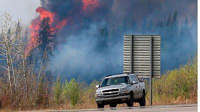 El incendio que asola el noroeste de Canadá sigue extendiéndose