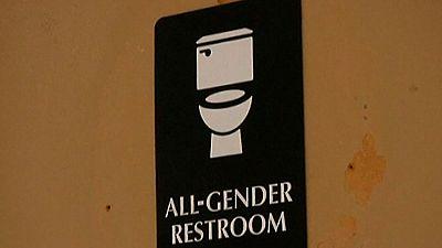 Polémica en EE.UU por el trámite de una norma para convertir los urinarios públicos en 'unisex'