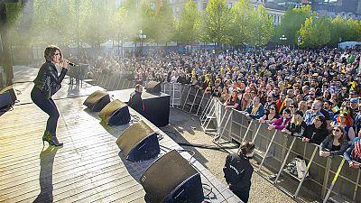 La representante española en Eurovisión 2016 ha cantado 'Say yay' y otros temas de su disco ante eurofans europeos en el Eurovillage, en el centro de Estocolmo.