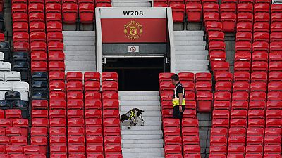 """Explosionan un """"paquete sospechoso"""" en Old Trafford, tras evacuar al público y suspender el partido"""