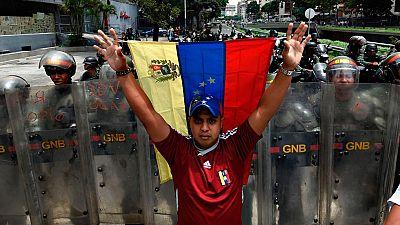 La policía impide el recorrido de la marcha opositora en Caracas