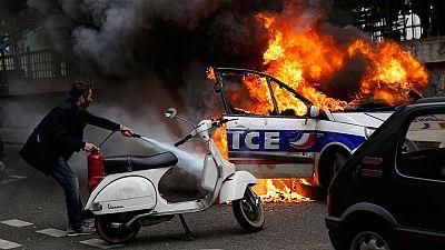 Un coche de la policía incendiado, símbolo de la tensión que vive París