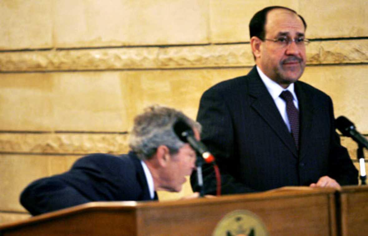 """Un periodista iraquí intenta agredir al presidente de los EE.UU, George  Bush, lanzándole sus zapatos. Además le ha insultado llamándole """"perro""""."""
