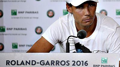 El español Rafael Nadal anunció hoy su retirada de Roland Garros a causa de una lesión en la muñeca izquierda que viene arrastrando, y que va a más desde que comenzó el Grand Slam de tierra batida.
