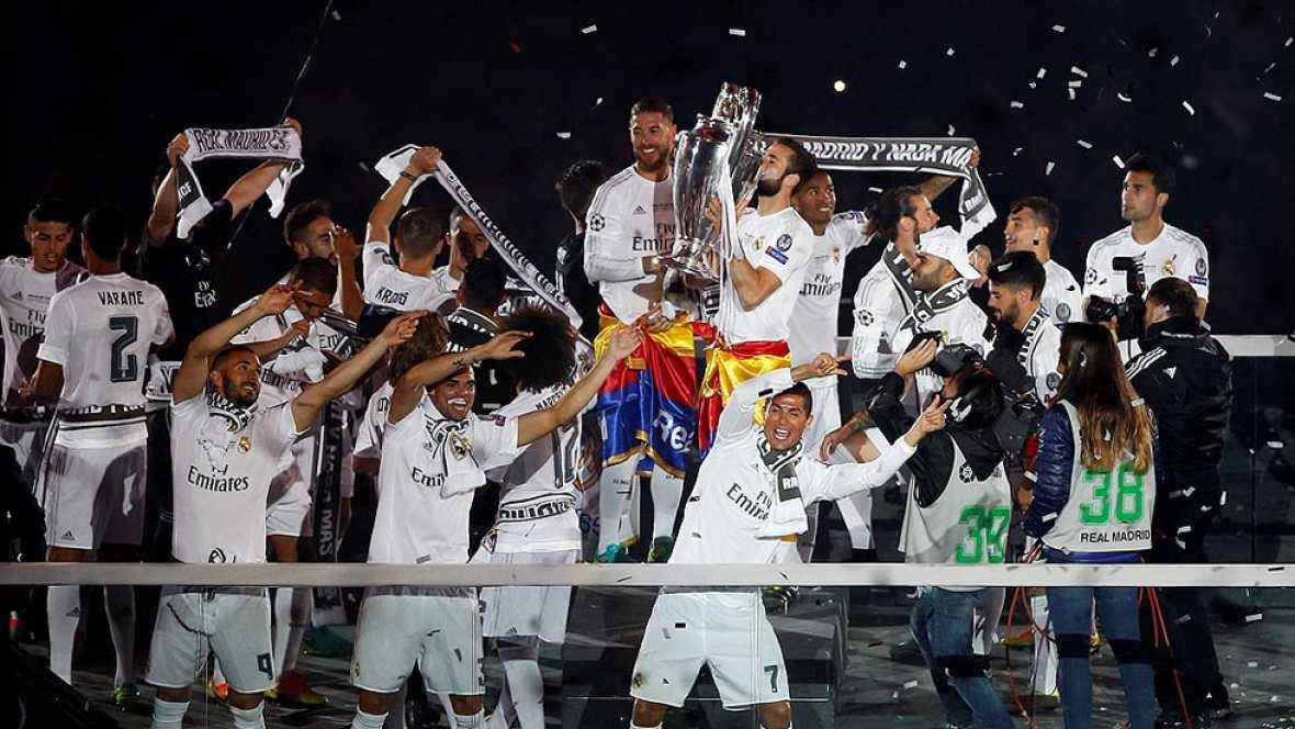El Real Madrid pasea la Und�cima por la capital con un recuerdo para los pe�istas asesinados