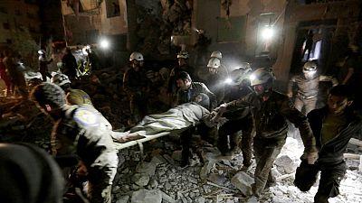 En Siria, un bombardeo aéreo sobre la ciudad de Idlib, ha dejado más de una veintena de muertos.