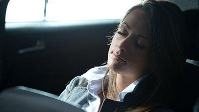 Un nuevo estudio revela lo dañino que es utilizar los dispositivos electrónicos, como el móvil o las tabletas, justo antes de dormir. Cerca del 53% de la población los usan en la cama a pesar de que altera el sueño... Un 40% de los españoles se despi