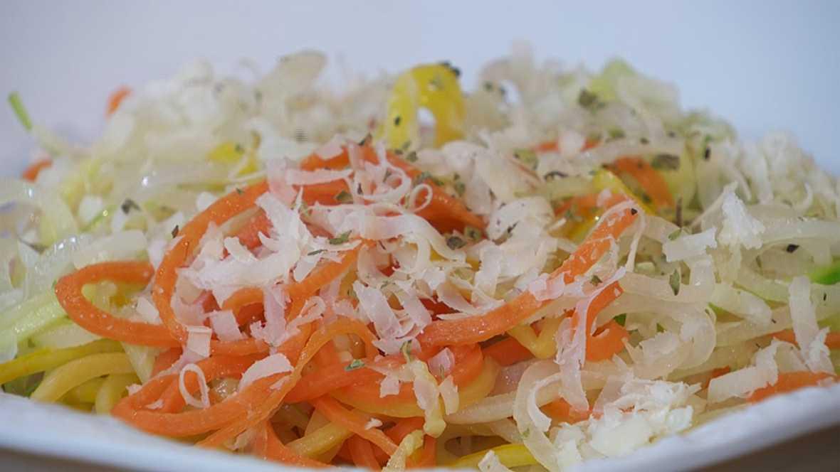 Tallarines de verduras con tomate y gambas
