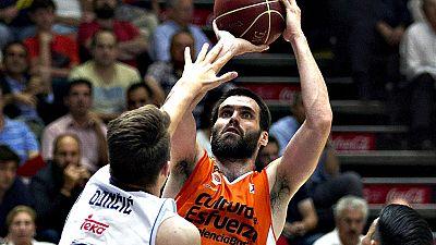 Canast�n final de Guillem Vives para que el Valencia Basket derrote en la pr�rroga al Real Madrid (87-86) y fuerce el cuarto encuentro, tras un aut�ntico partidazo que tuvo que resolverse en el tiempo extra.