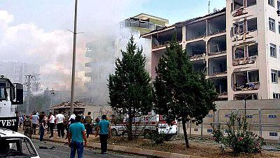 Tres muertos y más de 30 heridos por la explosión de un coche bomba frente a una comisaría en Turquía