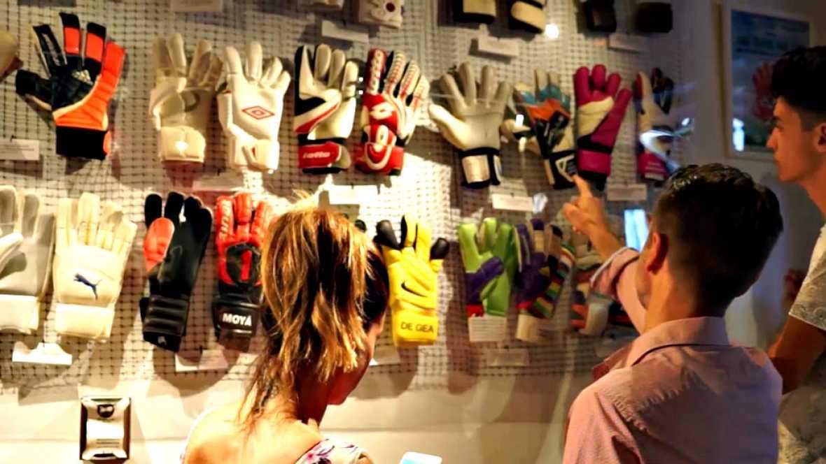 El bar 'El Bonanno', situado en el barrio La Latina de Madrid, acoge la exposición que reúne 84 guantes pertenecientes a los grandes porteros del panorama internacional.