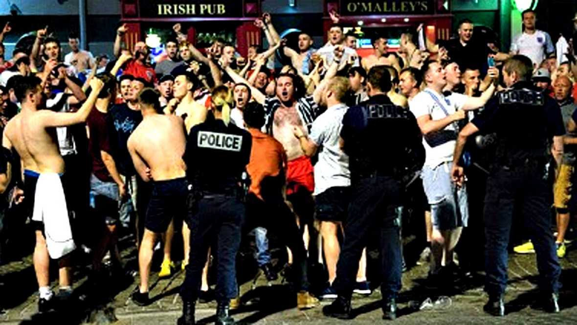 La policía nacional francesa tuvo que intervenir la noche del  jueves, apenas unas horas antes de la inauguración de la Eurocopa de  Francia 2016, para contener los altercados entre los aficionados  británicos y los residentes de la ciudad portuaria