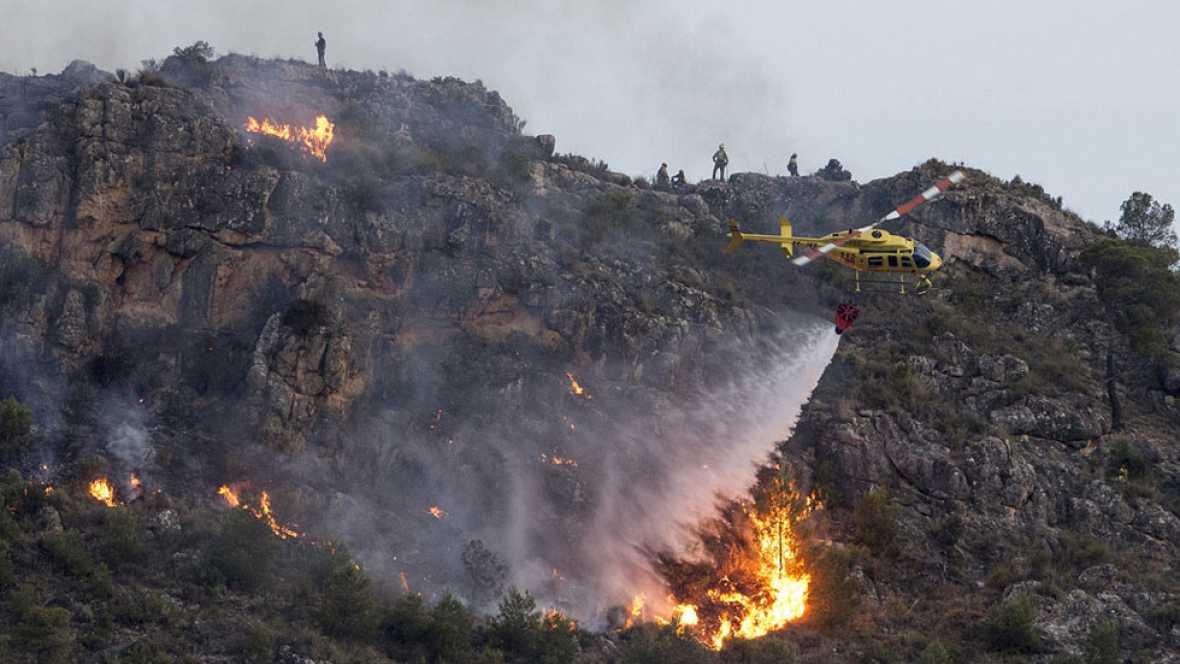 La UME trata de controlar un incendio forestal que afecta ya 300 hectáreas en Calasparra