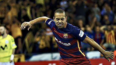 El Barcelona Lassa salv� este jueves ante el Movistar Inter (6-4) el primer 'match ball' de la final por el t�tulo de Primera de f�tbol sala, tras dar la vuelta en el segundo tiempo un partido que los visitantes dominaban por 1-3 en el descanso.