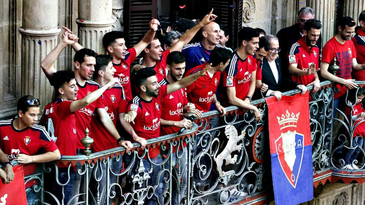 No era seis de julio pero las calles de Pamplona se llenaron para festejar el ascenso del Osasuna a Primera División.