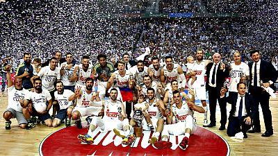 El Real Madrid se ha coronado campe�n de la Liga Endesa ante su  p�blico tras derrotar (91-84) al FC Barcelona Lassa en el cuarto  partido del 'play-off' por el t�tulo disputado en el Barclaycard  Center, defendiendo la corona que conquist� el a�o pa