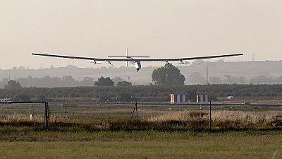 El avión solar Impulse II llega a Sevilla tras una de las etapas más difíciles de su viaje