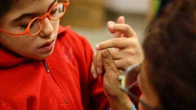 Los expertos recomiendan mejorar la autonomía de las personas sordociegas para evitar su aislamiento