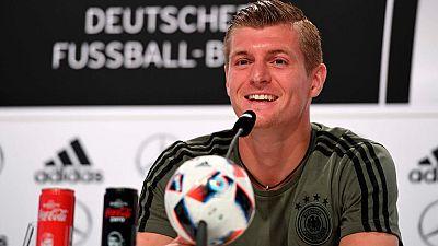 El internacional alemán Toni Kroos ha despejado dudas sobre su futuro, que algunos medios sitúan en la Premier, y ha recordado que tiene contrato con el Real Madrid.