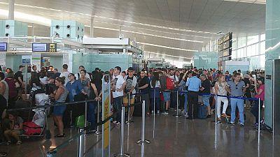 """Colas, retrasos y cancelaciones en El Prat por los problemas """"operativos"""" de Vueling"""