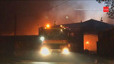 Arden varios almacenes de un polígono industrial de Alcalá de Henares