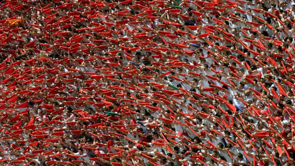 Un multitudinario chupinazo da inicio a San Fermín 2016