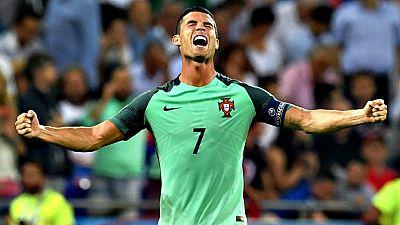 Cristiano Ronaldo, autor del primer gol de su selección contra Gales, en la semifinal de la Eurocopa, se ha convertido en un devorador de récords, que ya ha entrado en la historia de la competición como el máximo realizados, igualado con Michel Plati