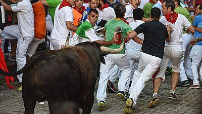 Peligro en el segundo encierro de San Fermín 2016 con dos toros sueltos