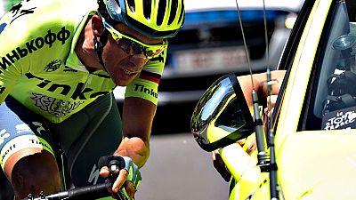 El ciclista español Alberto Contador (Tinkoff) abandonó el Tour de  Francia este domingo durante el transcurso de la novena etapa de la  carrera entre Vielha y Andorra-Arcalis, al parecer a causa de un  proceso febril.