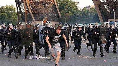 Tras la final perdida por Francia ante Portugal, se registraron enfrentamientos entre radicales y policía en los alrededores de la torre Eiffel y en otros puntos del país galo, que se saldaron con 50 detenidos en París y otros 9 en Lyon.