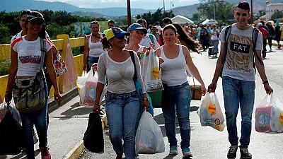 Cientos de venezolanos cruzan la frontera de Colombia en busca de medicinas y alimentos de primera necesidad