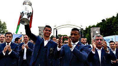 El delantero portugués del Real Madrid, Cristiano Ronaldo, podría  perderse la Supercopa de Europa ante el Sevilla del próximo 9 de  agosto en la localidad noruega de Trondheim por su lesión de rodilla  durante la final de la Eurocopa ante Francia.