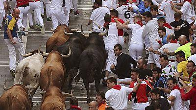 El penúltimo encierro de los Sanfermines acaba con un herido por asta de toro y cinco por contusiones
