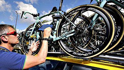 Inspectores del máximo organizo ciclista vigilan cada día centenares de bicicletas para pelear contra los tramposos.
