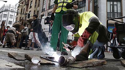 Los operarios retiran el vallado tras el último encierro de San Fermín 2016