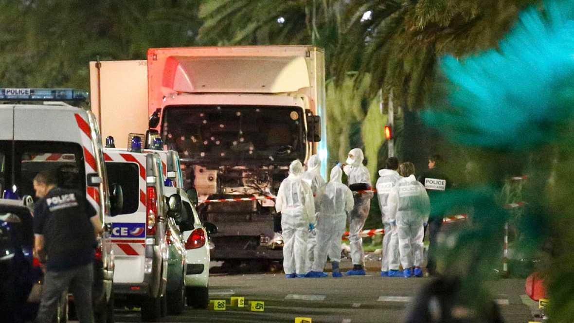 Un atentado perpetrado con un camión en Niza mata a 84 personas